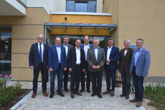 Anwesende Mitglieder der Lenkungsgruppe (V.l.n.r: 1. Bgm. Guido Belzl (Pyrbaum), 1. Bgm. Bernd Ernstberger (Schwarzenbruck), ILE-Betreuer Wolfgang Neukirchner (ALE Mittelfranken), 1. Bgm. Michael Schmidt (Winkelhaid), 1. Bgm. Heinz Meyer (Burgthann), 1. Bgm. Konrad Rupprecht (Feucht), 1. Bgm. Horst Kratzer (Postbauer-Heng), 1. Bgm. Helmut Himmler (Berg), 1. Bgm. Erich Odörfer (Altdorf b. Nürnberg)